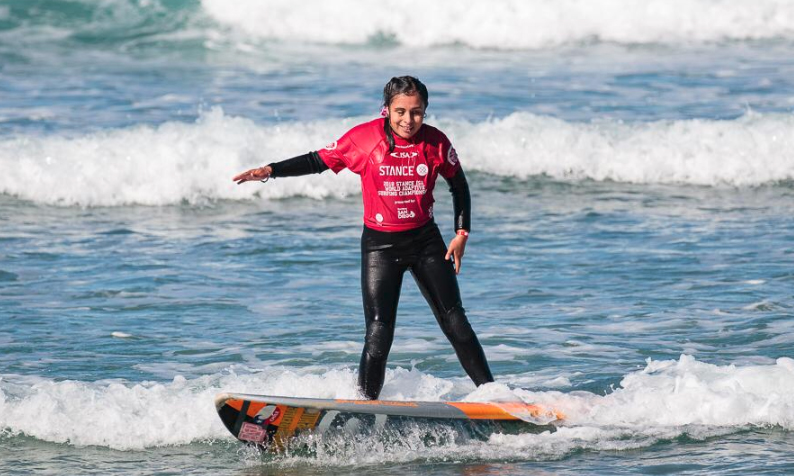 DESTACADA PARTICIPACIÓN DE ALUMNA UC SARA LARA EN EL MUNDIAL DE SURF ADAPTADO